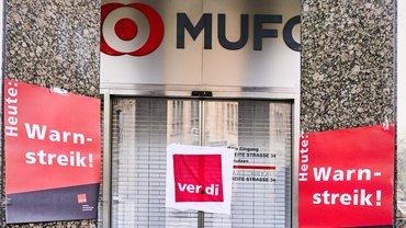 Erneuter Warnstreik bei der MUFG Bank in Düsseldorf am 23. April 2021