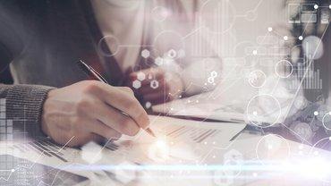 Beschäftigter arbeitet digital