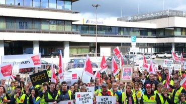 Streikende vor einer Postbank-Filiale